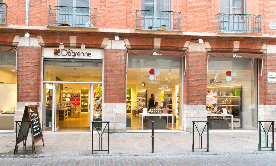 Vue générale de la façade du point de vente de Toulouse, rue de la trinité