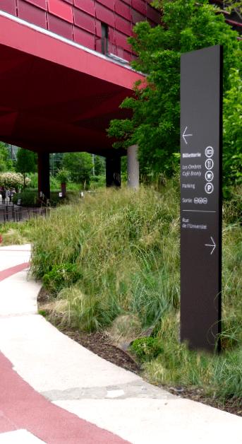 Totem directionnel dans le jardin du musée