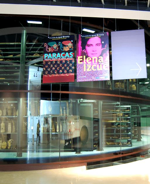 Orientation vers l'espace d'exposition temporaire. Panneaux suspendus