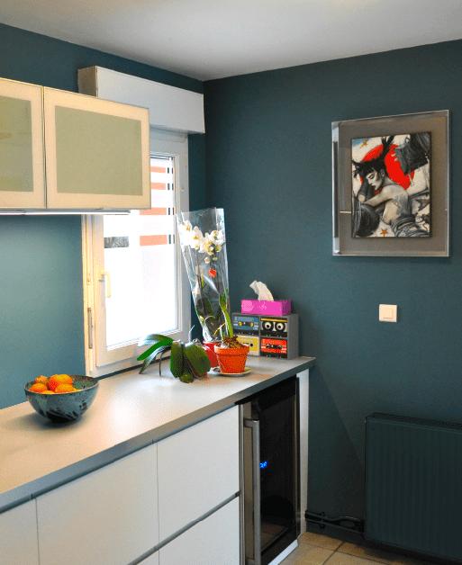 Vue arrière de la cuisine, murs peints seigneurie