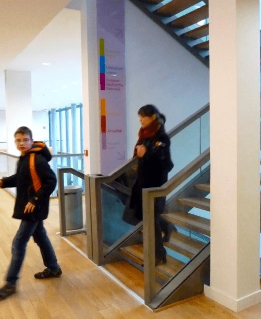 Panneaux directionnels dans les trémie d'escaliers de la Médiathèque