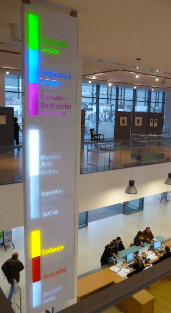 Kakémonos indiquant les différents espace de la Médiathèque