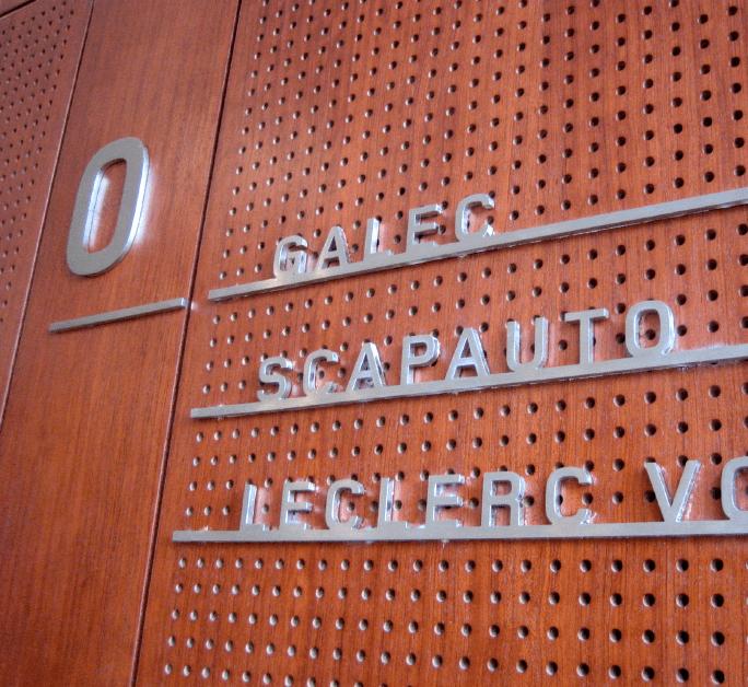 Directory en lettre découpée inox sur parement bois