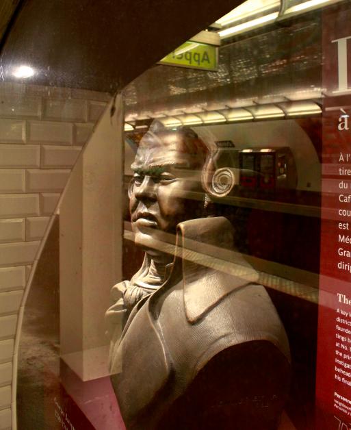 Zoom sur le buste de Danton dans la niche de la station Odéon