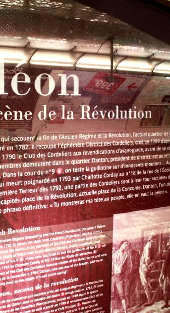 Vue de détail du texte dans la niche de la station Odéon