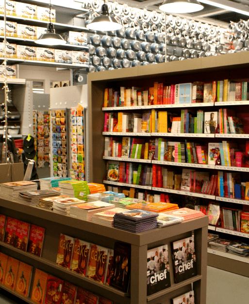 Espace librairie du point de vente (livres sur table et en bibliothèque)