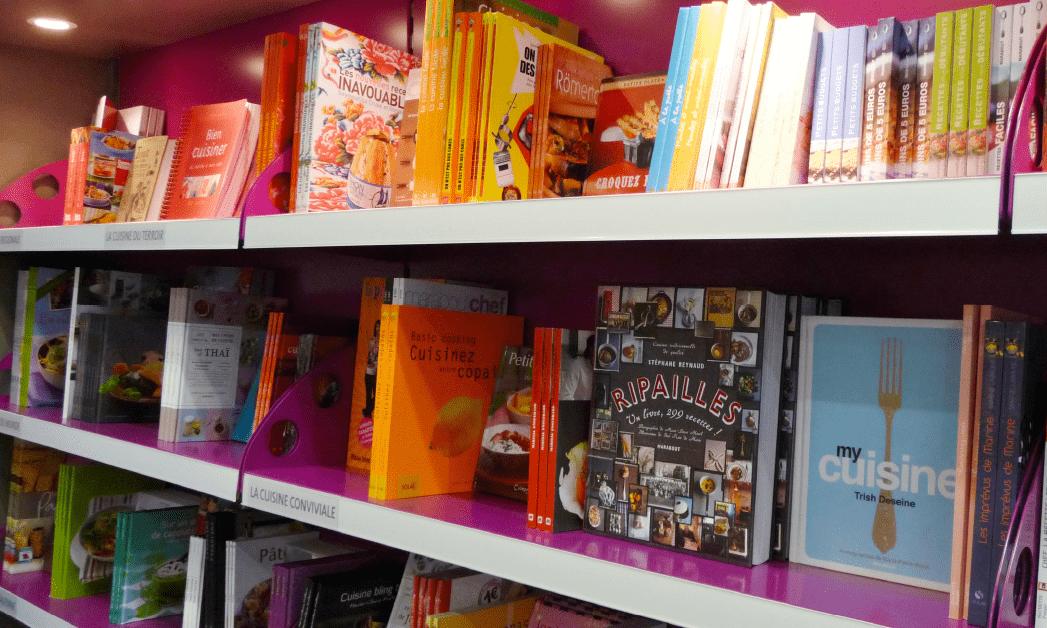 Zoom sur la bibliothèque de l'espace librairie du point de vente