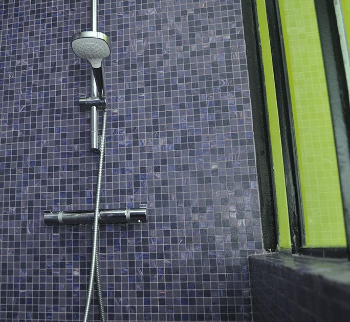Traitement de la salle de bain avec de la pâte de verre Bisazza