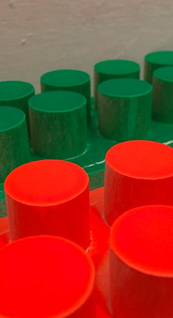 Bouchons colorés destinés à animer les portes de placards