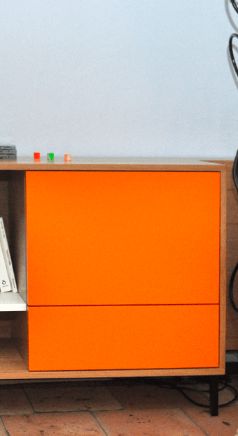 porte orange du meuble enfilade du salon