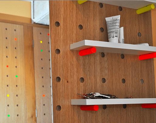 Détail du meuble d'entrée, tablettes vide-poche et miroir