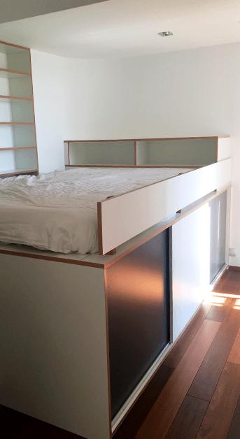Vue de la chambre d'amis - traitement cabine de bateau - rangements sous le lit