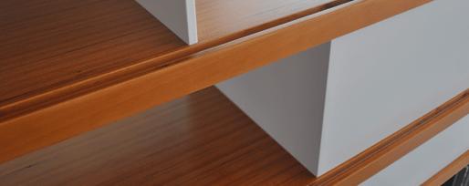 Vue de détail de l'étagère de séparation entre salon et salle à manger