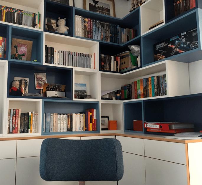 Bibliothèque de la chambre de J - Accumulation de boîtes colorées